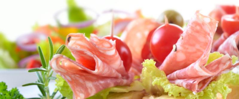 Partyhppchen mit feiner italienischer Salami,  Salatblatt und Cherrytomate